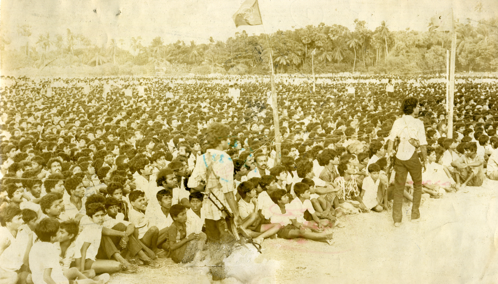 TAMILS EN MASSE AT   SUDUMALAI  AMMĀN  KOVIL          AWAIT  PIRAPĀHARAN'S  PERORATION, 4 August 1987 Courtesy of ANCL, that is Lake House