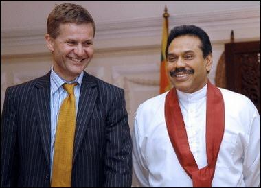 Norwegian special peace envoy, Erik Solheim meets with Sri Lankan President Mahinda Rajapakse (R) in Colombo. [AFP]