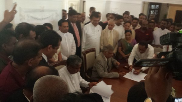 Sarath Fonseka signed MOU with UNP